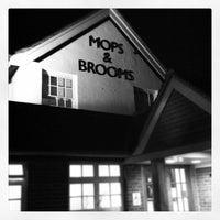 4/20/2012 tarihinde Andrew W.ziyaretçi tarafından The Mops & Brooms'de çekilen fotoğraf