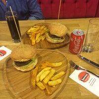 Foto tirada no(a) Beeves Burger & Steak house por Rüzgar D. em 6/2/2014