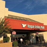 Foto scattata a Rogue Valley Mall da Adam G. il 9/28/2017