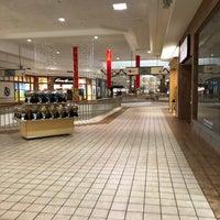 Foto scattata a Rogue Valley Mall da Adam G. il 12/28/2017