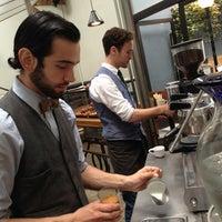 รูปภาพถ่ายที่ Intelligentsia Coffee & Tea โดย Sarah G. เมื่อ 6/3/2013