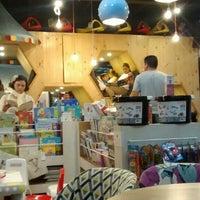 Foto tomada en Librería 9 3/4 Bookstore + Café por Anacata O. el 2/13/2016