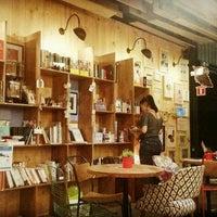 Foto tomada en Librería 9 3/4 Bookstore + Café por Anacata O. el 12/8/2015