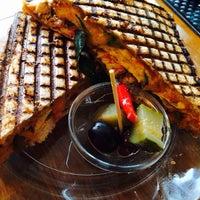 Das Foto wurde bei Toasteria Cafe von Elizabeth L. am 10/22/2013 aufgenommen