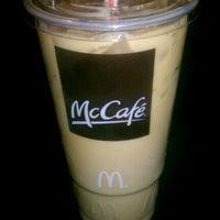 รูปภาพถ่ายที่ McDonald's โดย John Mateo 🇮🇹 เมื่อ 3/23/2013