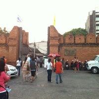 Foto scattata a Tha Phae Gate da azimuthi il 12/16/2012