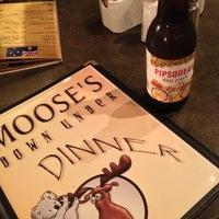 Das Foto wurde bei Moose's Down Under von Vikki L. am 7/25/2013 aufgenommen