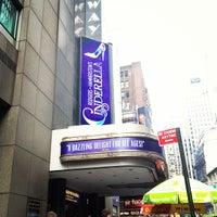 Foto tirada no(a) Broadway Theatre por miyokana0716 em 7/10/2013