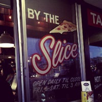 Das Foto wurde bei More Home Slice von Darron D. am 10/8/2012 aufgenommen