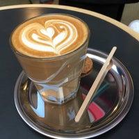 Photo prise au Coffee Manifesto par Burcu U. le6/13/2015