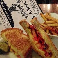 Das Foto wurde bei Stoney's Restaurant von Kevin B. am 4/13/2013 aufgenommen