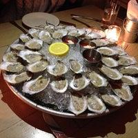 รูปภาพถ่ายที่ Mermaid Oyster Bar โดย Travis R. เมื่อ 12/11/2012