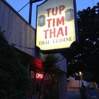 รูปภาพถ่ายที่ Tup Tim Thai โดย Joey P. เมื่อ 6/6/2013