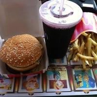 Foto tirada no(a) McDonald's por Vania A. em 12/21/2012