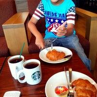 Photo prise au Starbucks par Annie P. le4/21/2014