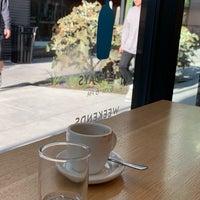 Photo prise au Blue Bottle Coffee par Devin B. le11/8/2018
