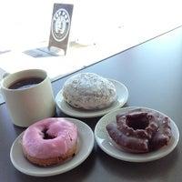 Das Foto wurde bei Top Pot Doughnuts von Arnold G. am 8/5/2013 aufgenommen