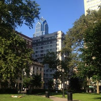 Das Foto wurde bei Rittenhouse Square von Marianna V. am 6/20/2013 aufgenommen