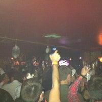 Foto tomada en Seventy7 Lounge por Eric S. el 1/1/2013