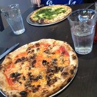 4/29/2013 tarihinde Leslie P.ziyaretçi tarafından BUILD Pizzeria'de çekilen fotoğraf