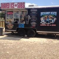 6/26/2013 tarihinde Cat D.ziyaretçi tarafından Rockaway Beach ATX Shaved Ice & Subs'de çekilen fotoğraf