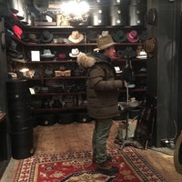 รูปภาพถ่ายที่ Goorin Bros. Hat Shop - West Village โดย Hanna P. เมื่อ 1/22/2016