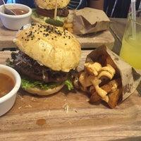 Das Foto wurde bei Tennessee Ribs & Burgers von Perla B. am 3/22/2016 aufgenommen