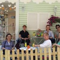 Das Foto wurde bei Büyükada Şekercisi Candy Island Cafe Patisserie von Aylin G. am 5/18/2015 aufgenommen