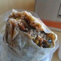 Foto tomada en Bandit Burrito por Ben T. el 5/4/2012