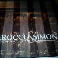 Foto tomada en Rocco & Simona Pizza al Forno por David S. el 5/19/2012