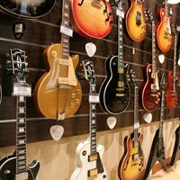Foto scattata a Cosmo Music - The Musical Instrument Superstore! da Christopher B. il 2/17/2012