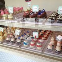 Снимок сделан в Gigi's Cupcakes пользователем Melinda R. 6/30/2012