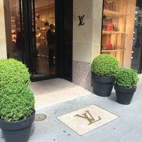 รูปภาพถ่ายที่ Louis Vuitton โดย Walaa ~. เมื่อ 8/11/2016