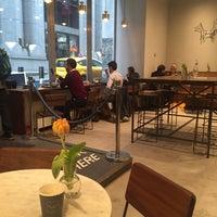 Foto tomada en Black Fox Coffee Co. por Melissa F. el 9/30/2016