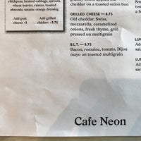Photo prise au Cafe Neon par Mark Neil B. le7/13/2017
