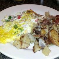 Foto tomada en Pete's Grille por Nikki E. el 10/4/2012