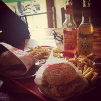 Das Foto wurde bei Yellow Sunshine Burger von Mahriah Z. am 11/26/2012 aufgenommen