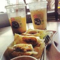 Снимок сделан в Tea Leaf Cafe пользователем Nick A. 1/19/2013