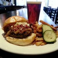Foto tomada en Highland Tap and Burger por Brad B. el 2/4/2013