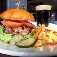 Foto tomada en Highland Tap and Burger por Brad B. el 1/2/2013