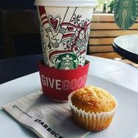 Снимок сделан в Starbucks пользователем Luis Felipe C. 12/2/2017