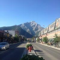 Das Foto wurde bei Town of Banff von Wendell C. am 7/4/2013 aufgenommen