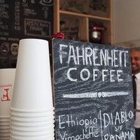 2/27/2013 tarihinde Ruth T.ziyaretçi tarafından Fahrenheit Coffee'de çekilen fotoğraf
