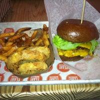 Photo prise au YEAH! Burger par Magic W. le2/7/2013