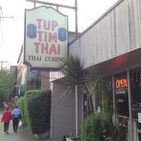 รูปภาพถ่ายที่ Tup Tim Thai โดย Kenneth L. เมื่อ 5/15/2013