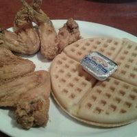 Photo prise au Gladys Knight's Signature Chicken & Waffles par Melissa B. le10/27/2012