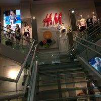 Foto scattata a H&M da The Santa Fe VIP il 7/14/2013