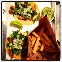 รูปภาพถ่ายที่ Otto's Tacos โดย Be G. เมื่อ 11/8/2013