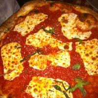 รูปภาพถ่ายที่ Lombardi's Coal Oven Pizza โดย Stephie เมื่อ 9/22/2012