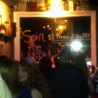 Das Foto wurde bei Jolly's American Beer Bar & Dueling Pianos von Jodi M. am 9/30/2012 aufgenommen